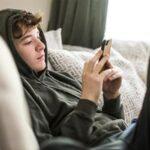 Έρευνα: Τα παιδιά και οι έφηβοι που χρησιμοποιούν κινητά τηλέφωνα, τάμπλετ και άλλες συσκευές, κοιμούνται λιγότερο